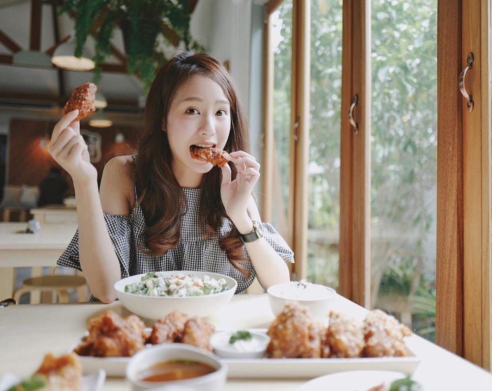 chụp ảnh cùng đồ ăn
