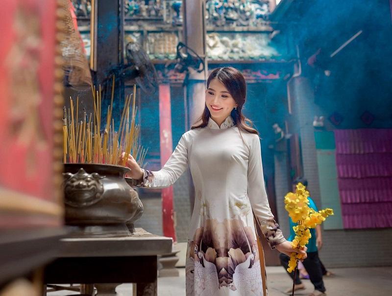 Mang phong tục tết Việt qua những bức ảnh chụp ở chùa bà Thiên Hậu