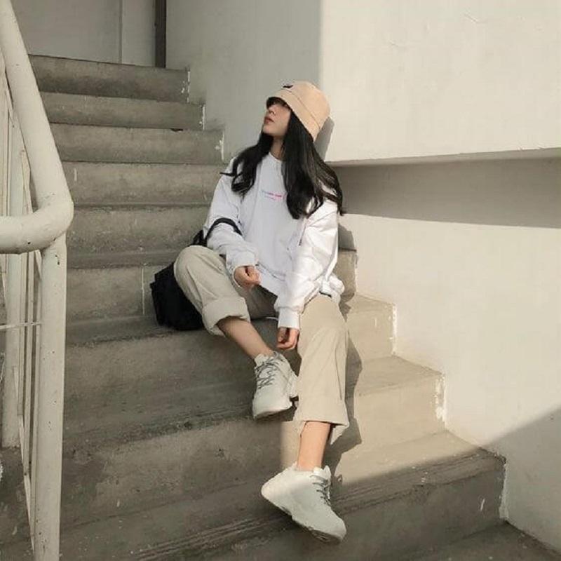 cách tạo dáng chụp ảnh ngồi với cầu thang khoe chân dài miên man