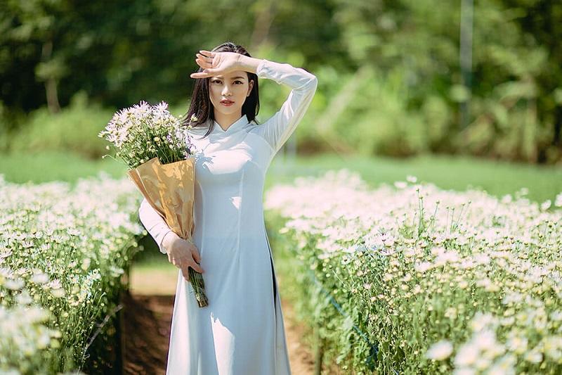 Ảnh tết truyền thống nhẹ nhàng tại vườn hoa bãi đá sông Hồng