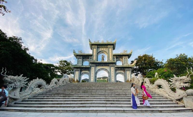 Chụp ảnh tết tại chùa Linh Ứng Đà Nẵng