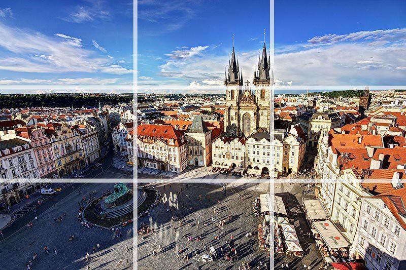 Quảng trường Phố cổ ở Prague nằm ở ⅓ góc phải trên của khung hình, đây là 1 trong 7 bố cục chụp ảnh phong cảnh được các nhiếp ảnh gia chuyên dùng