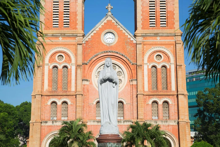 Đức Mẹ Maria trước nhà thờ Đức Bà