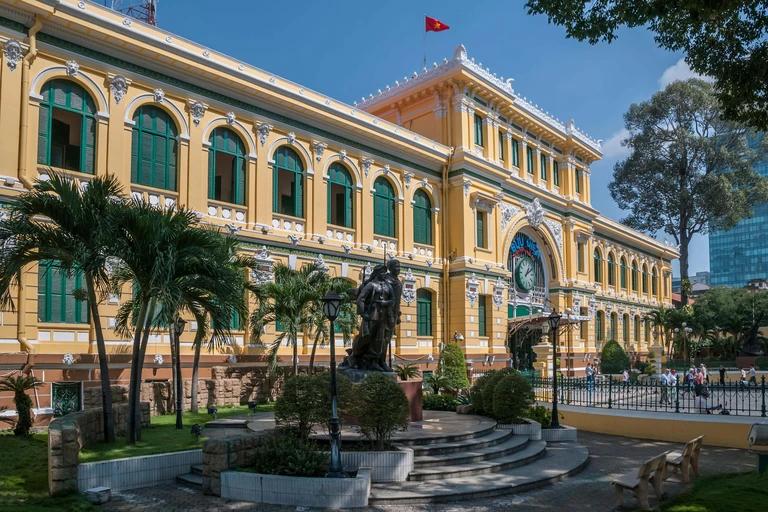 Bưu điện Thành phố với nhiều khách du lịch nơi đây