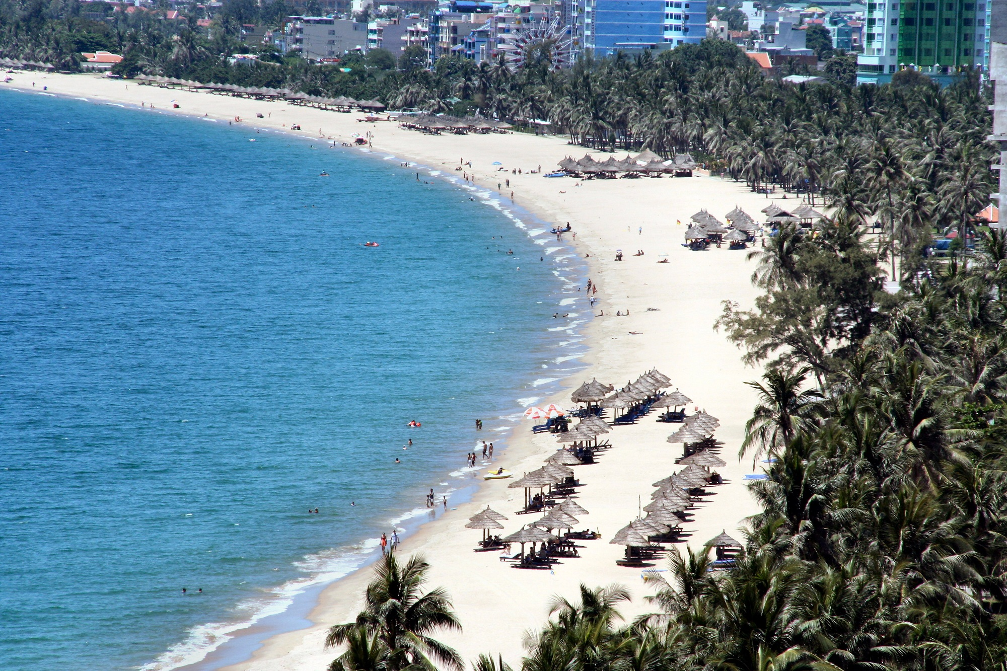 Bãi biển trong xanh, mát rượi