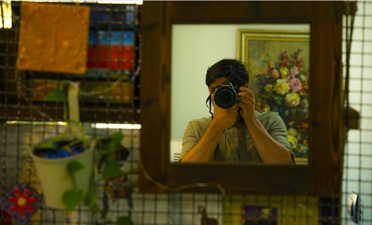 Đóng khung gương sẽ giúp khoe background xung quanh thật tốt