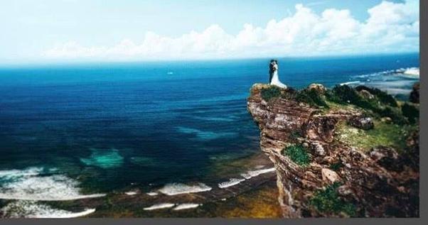 Một vách núi cao với quang cảnh tuyệt vời