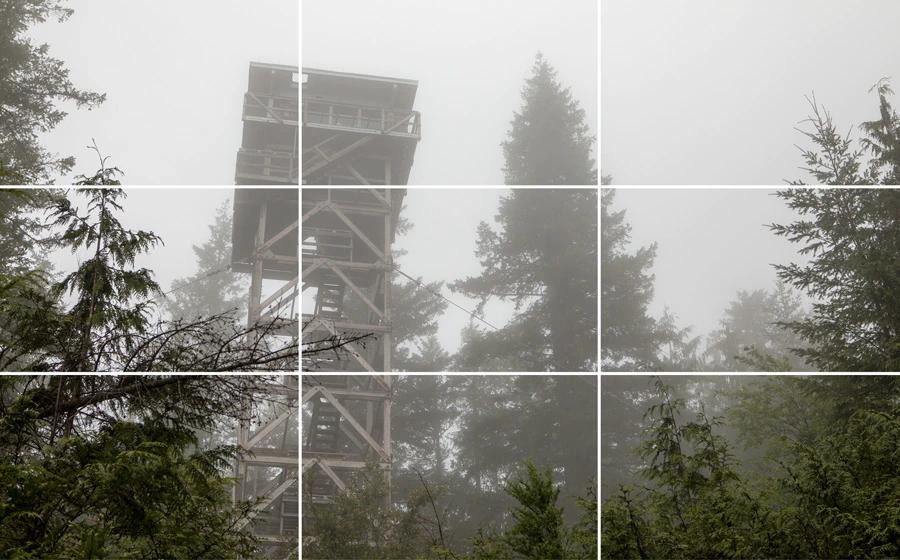 Đài quan sát được đặt dọc theo đường lưới bên trái với phần chính của đài quan sát nằm ở giao điểm của hai đường.