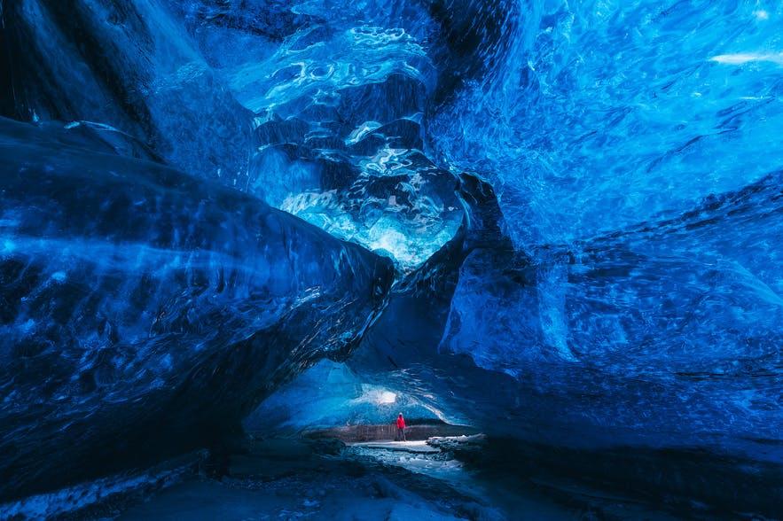 Các đường dẫn dắt trong hang động băng tạo chiều sâu cho bố cục của bức ảnh